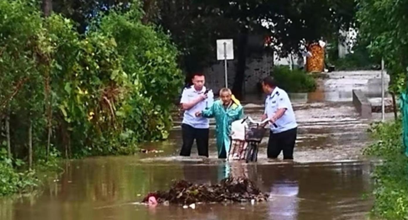 老人回家险被洪水冲走 危急时刻南阳民警助脱险