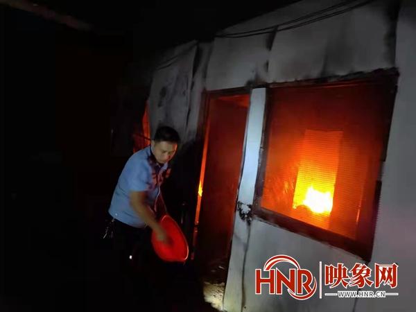 南阳:点燃蚊香引起羊圈着火 桐柏民警紧急救援