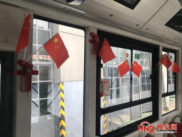 郑州公交车上红旗飘 喜迎国庆氛围浓