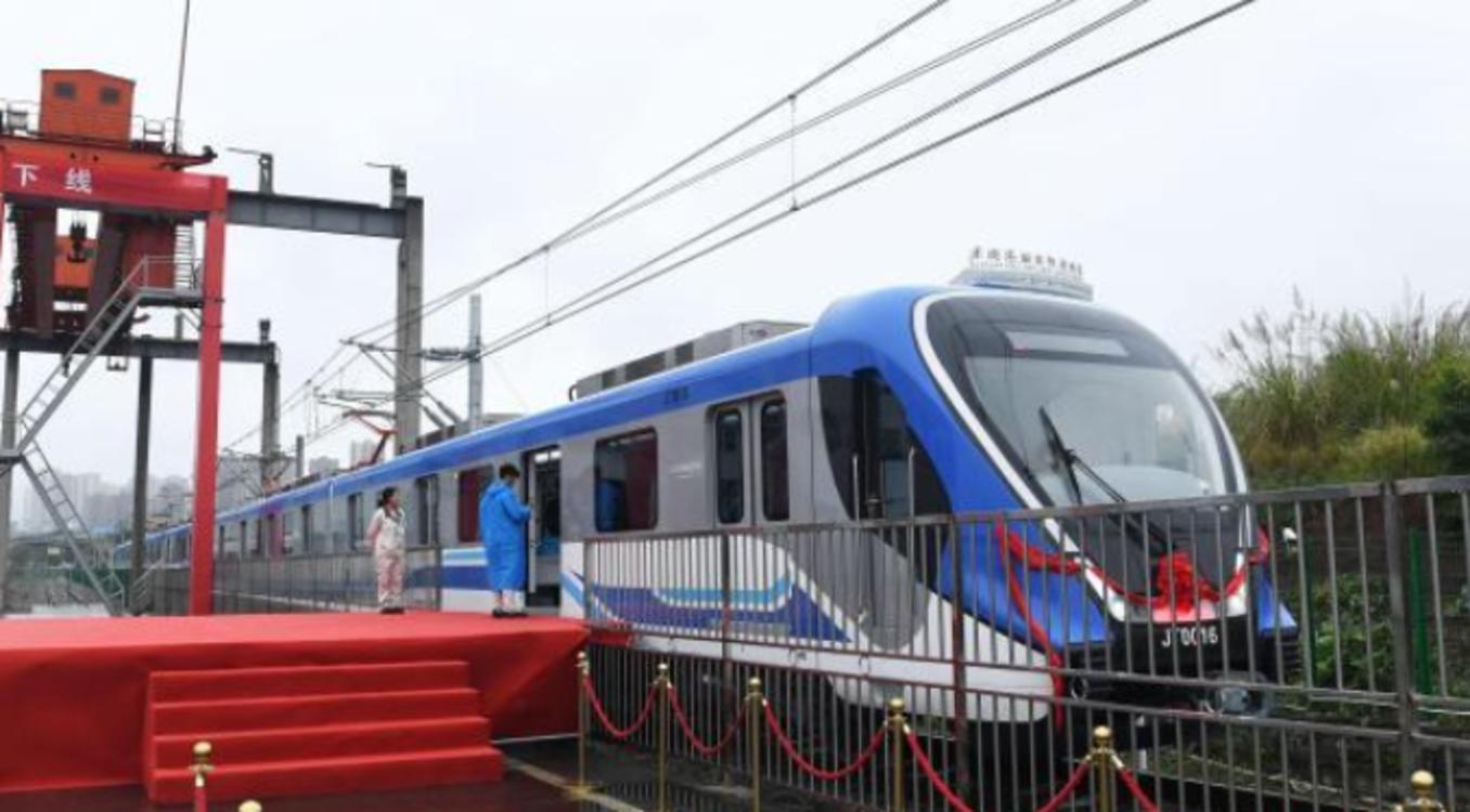 中国首创双流制轨道车辆下线