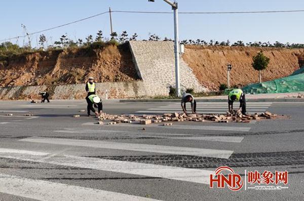安阳:货车转弯砖块散落一地 警民携手排除险情