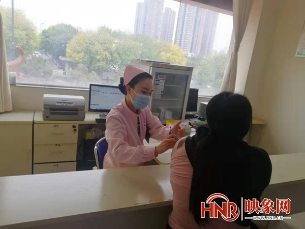 敲黑板!郑州多个基层社区有序开展新冠疫苗第三针接种工作